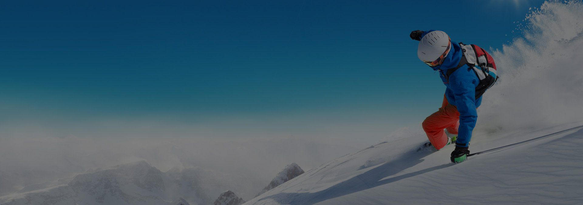 Sciatore che fa una curva in neve fresca